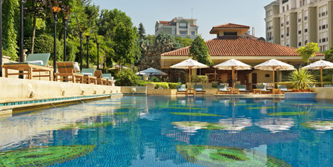 Grand Hyatt Istanbul'da spa sonrasi havuz keyfi