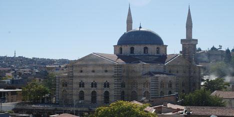 Mağarada ibadet yapan Ermenilere Kilise yaptırdı