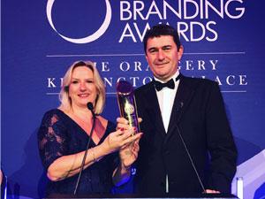 İngiltere'de düzenlenen törende, Anadolu Efes ödülü World Branding Awards başkanı Richard Rowles'ın elinden aldı