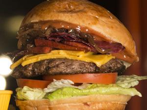 Özel formüllü burger köftesi ile sucuk ve pastırmanın benzersiz uyumu