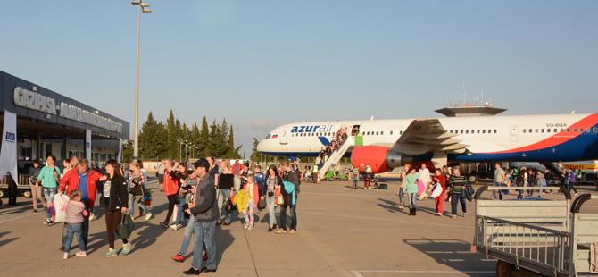 Gazipaşa Havalimanın uzayan pistine Boeing B757 tipi uçağı indi