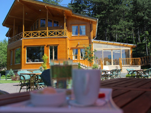Tamamen ahşap olarak tasarlanmış yeşil bir ormanın içinde konfor içinde kalabileceğiniz seçkin bir otel