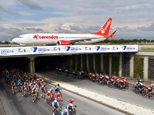 Yarışçılar, Fraport TAV Antalya Havalimanı'nda piste giden uçağın altından geçerken unutulmaz anlar yaşandı