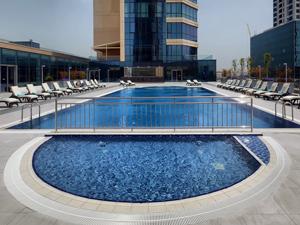 Wyndham Grand İstanbul Levent, şehrin stresinden uzaklaştırarak açık havuz ferahlığıyla buluşturuyor