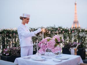 The Peninsula Paris, konuklarına özel Rolls-Royce Phantom'un rahatlığında,Fransız başkentinin en ilham verici simge yapılarına özel bir tur imkanı sunuyor