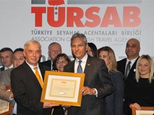 Firuz Bağlıkaya, TÜRSAB Genel Merkezi'nde düzenlenen törenle mazbatasını aldı.