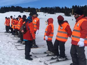 Uludağ'dagörme engelli gençler ilk kez piste çıkıp kayak yaptı