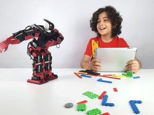 Zeybek oynayan i-toys robotları yoğun ilgi görüyor