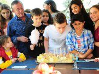 Ali Ağaoğlu,oğlu Emre'nin Doğum gününüsınıf arkadaşlarıylakutladı