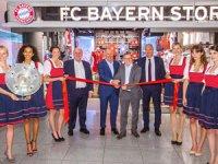 Münih Havalimanı içinde yer alan FC Bayern amiral gemisi mağazasını tamamlayarak kurdele kesimini gerçekleştirdi