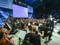 Bodrumlular Zeki Müren şarkılarını Limak Filarmoni Orkestrası ile birlikte söyledi