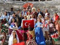 32 ülkeden Antalya'ya gelen modeller, Aspendos Yılı'na dikkat çekmek üzere, tarihi antik kenti ziyaret etti