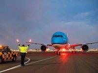 """Dünyanın en köklü uçak şirketlerinden KLM """"Kar Tanesi"""" adını koyduğu dördüncü Dreamliner'ı filosuna kattı"""
